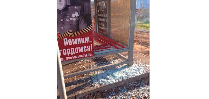 В Ижевске на улице Т. Барамзиной неизвестные разбили остановку