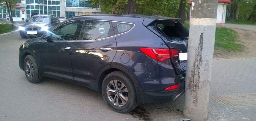 В Ижевске 62-летняя женщина сбила двух пешеходов и сама врезалась в столб