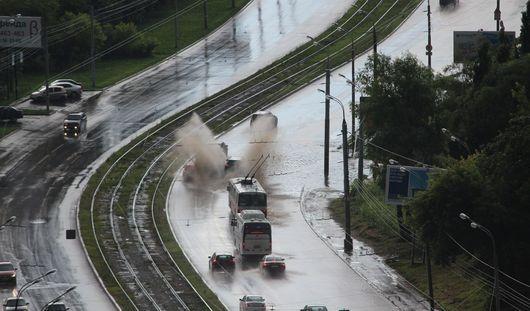 Ижевск после грозы: молочные реки, затопленные улицы и град