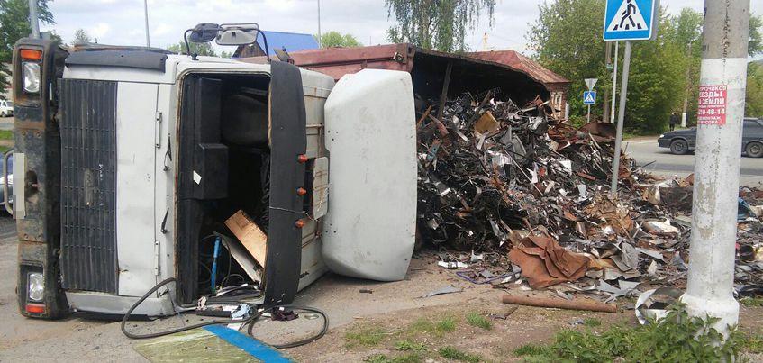 В Ижевске на улице Пятнадцатой из перевернувшегося самосвала выпал металлолом