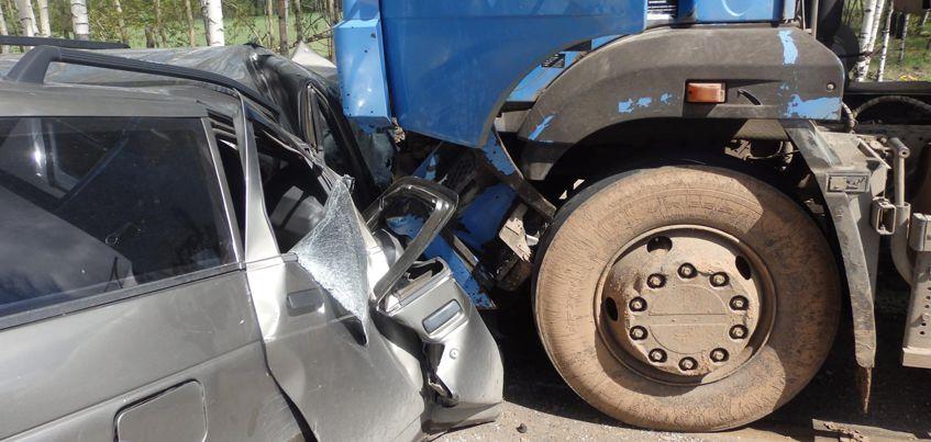 В Удмуртии 32-летний водитель ВАЗа попал под колеса КамАЗа