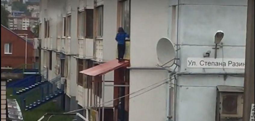 Видео: В Ижевске по карнизу магазина гулял мальчик