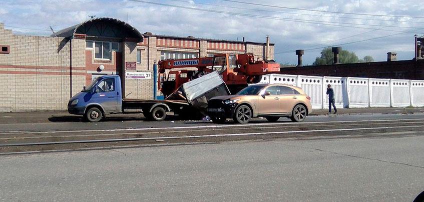 В Ижевске у «Газели» в результате ДТП с краном «снесло крышу»