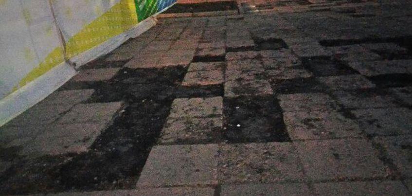 Дорожники залили сломанные плиты на центральной площади Ижевска асфальтом