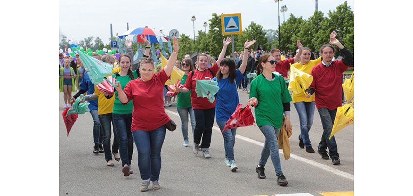 На набережной Ижевского пруда впервые состоялось театрализованное шествие «Здравствуй, город! Это - Я»
