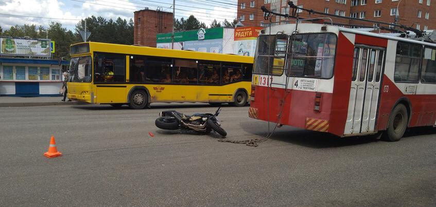 В Ижевске на улице Ворошлова произошло ДТП с троллейбусом и мотоциклом