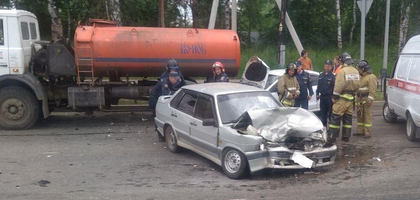 В Ижевске иномарку занесло под грузовик