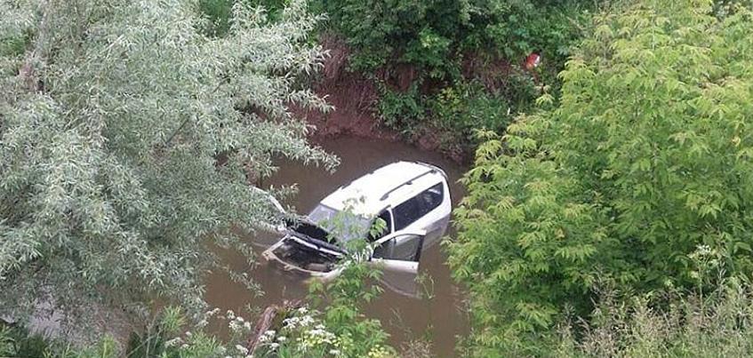 В Удмуртии автомобиль «Лада Ларгус» съехал в реку