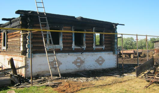 Житель Удмуртии бросился в горящий дом, чтобы спасти тещу и сына