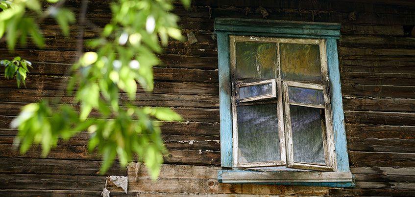 Город бараков: в поселке Машиностроителей люди живут в сгоревшем доме