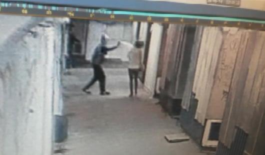 В Ижевске нападение грабителя попало на камеру видеонаблюдения