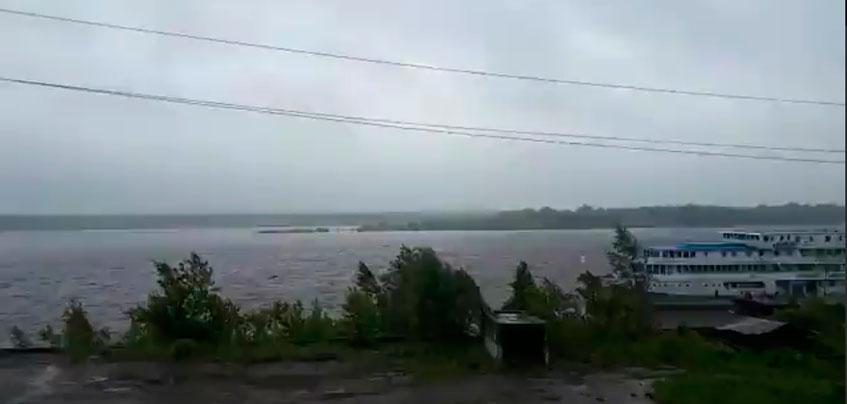 В Удмуртии из-за ливня 4 взрослых и 17 детей застряли на острове посреди Камы