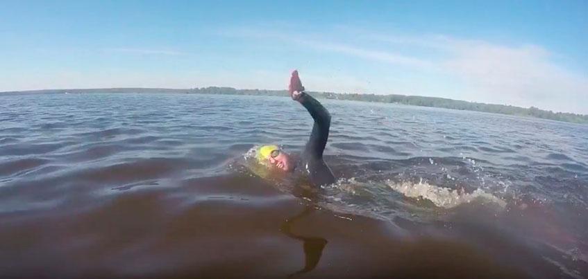 В сети появилось видео того, как 9 спортсменов переплыли пруд Ижевска
