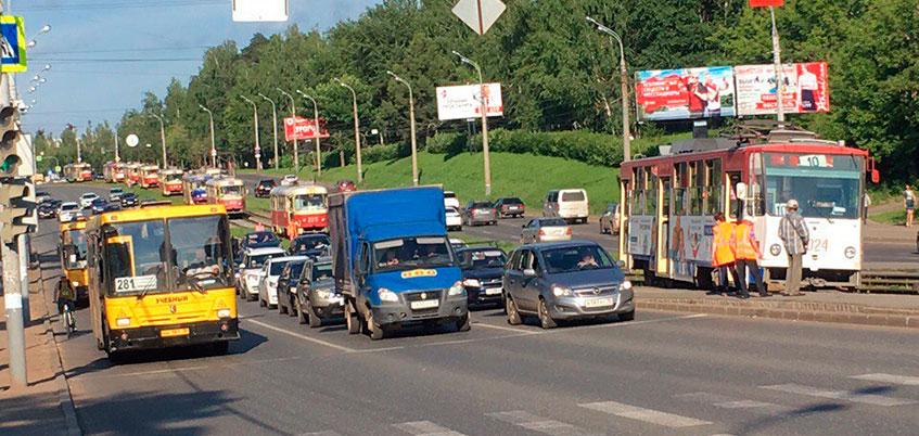 Трамвай сошел с рельсов и заехал на остановку в Ижевске