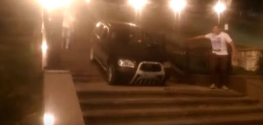 Видео: В Ижевске девушка съехала на авто по ступенькам, ведущим к набережной