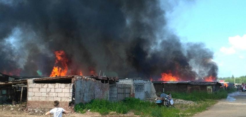 В Ижевске загорелись гаражи в поселке Первомайском