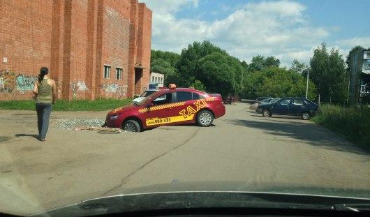 В Ижевске такси передними колесами ушло под асфальт
