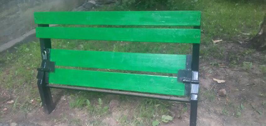 Фотофакт: В ижевском дворе поставили скамейку, закрывающуюся на замок