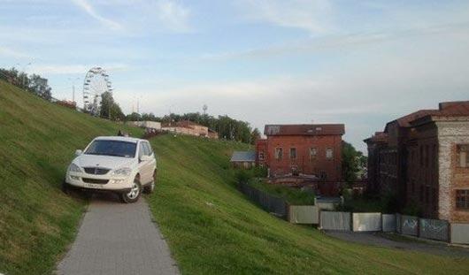 В Ижевске внедорожник припарковали на склоне к набережной