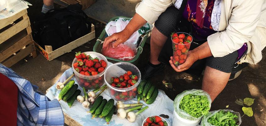 Земляника, клубника и зелень: на каких рынках Ижевска и по какой цене продают?