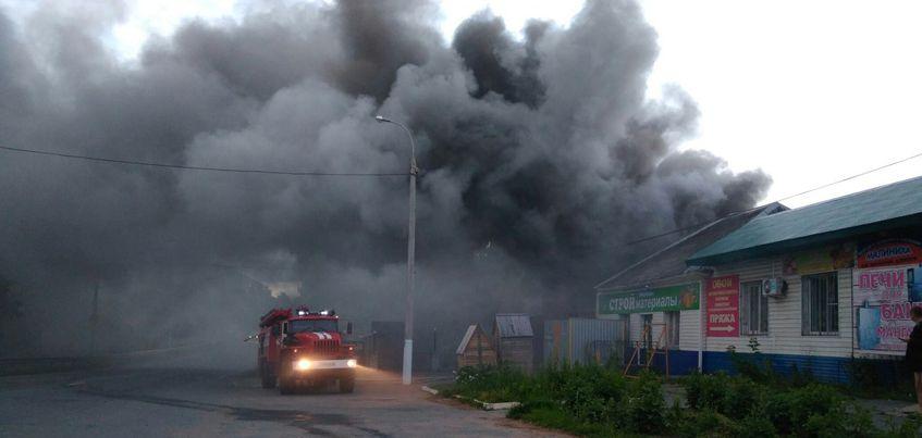 В Ижевске на улице Шабердинский тракт загорелся склад  строительного магазина