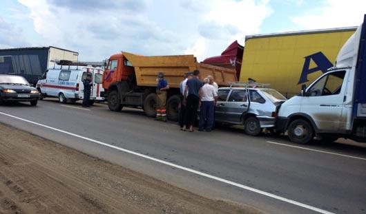В Удмуртии на Можгинском тракте бензовоз врезался в четыре автомобиля