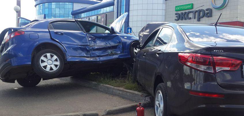В Ижевске у парковки ТЦ «Флагман» столкнулись две иномарки и снесли рекламный столб