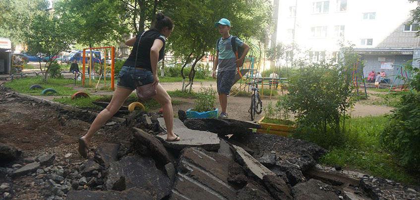 Ремонт во дворе на Репина в Ижевске: жильцы оказались отрезаны от своего дома