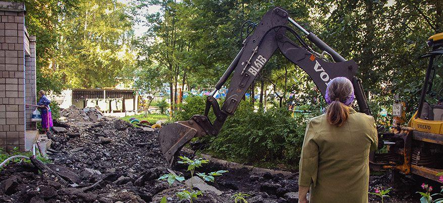 Во дворе на улице Репина, 1 в Ижевске продолжается уборка асфальта