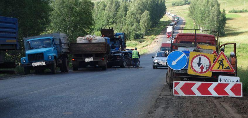 В Удмуртии водитель грузовика из-за отказа тормозов врезался в иномарку