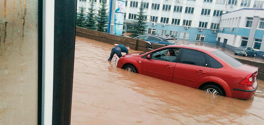 Разгул стихии: ижевчанин помогал вытаскивать машины с затопленной улицы у «Нефтемаша»