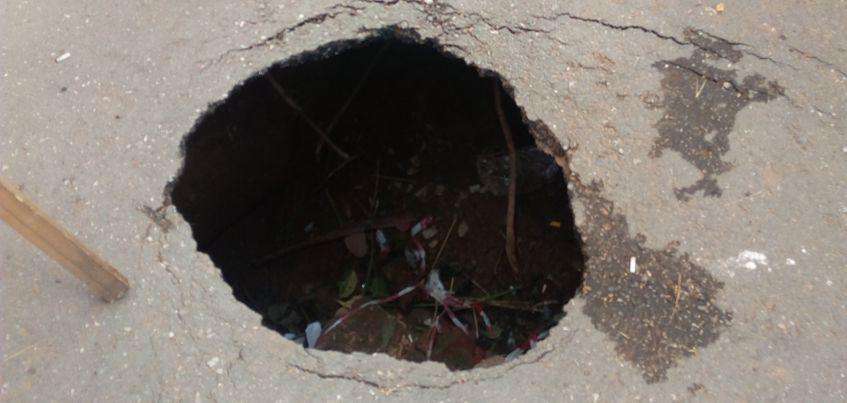 В Ижевске на улице Баранова мужчина провалился в яму и снес ограждение