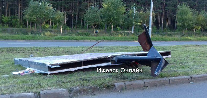 Фото: В Ижевске неуправляемый «КамАЗ» снес рекламный билборд на улице 40 лет Победы
