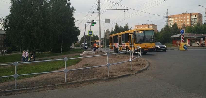 В Ижевске у остановки «Торговый техникум» появились пешеходные ограждения