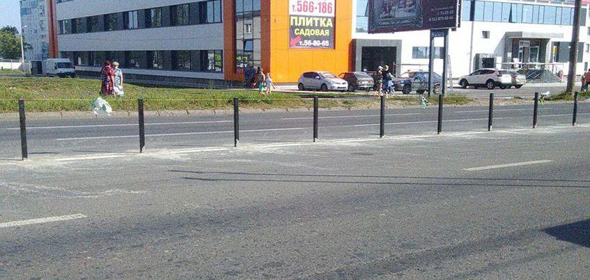 В Ижевске на улице Клубной начали устанавливать разделительные ограждения