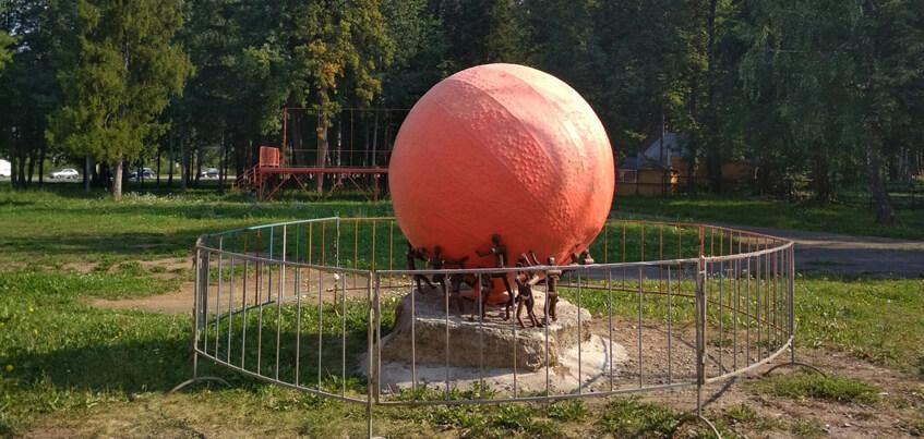 Скульптуру апельсина поставили в парке Космонавтов