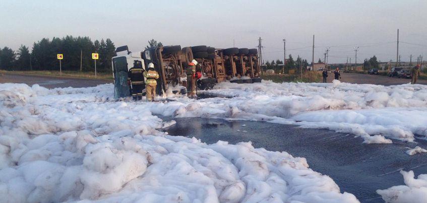 Около 6 тонн нефти разлилось на дороге в Удмуртии в результате ДТП