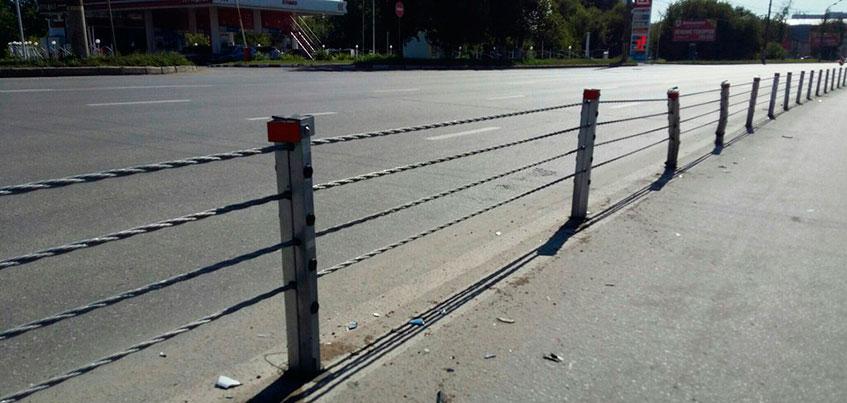 Автомобиль протаранил тросовые ограждения на Удмуртской в Ижевске
