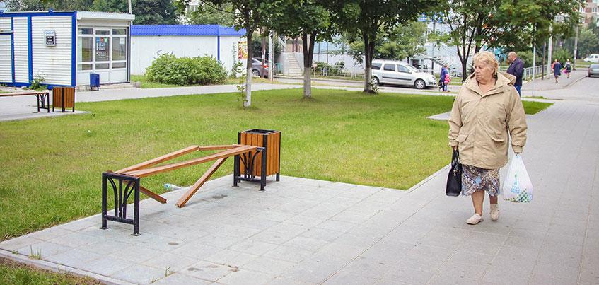 Фотофакт: неизвестные сломали скамейку на Школьной аллее в Ижевске