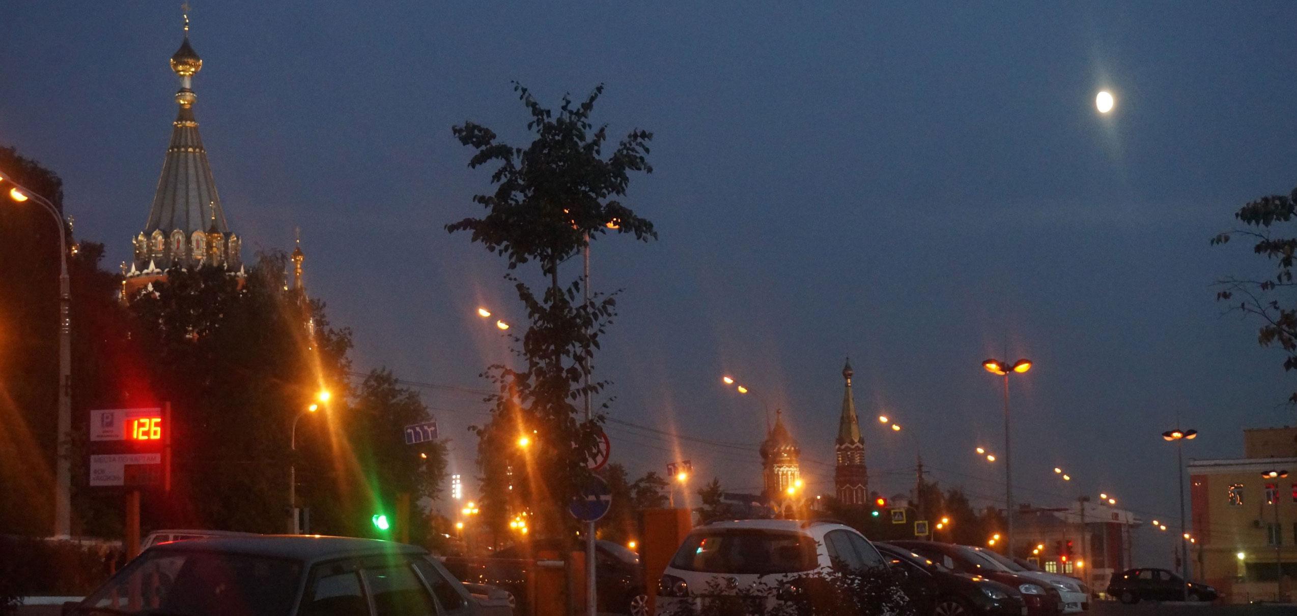 Почему фонари на улицах Ижевска включают так поздно?