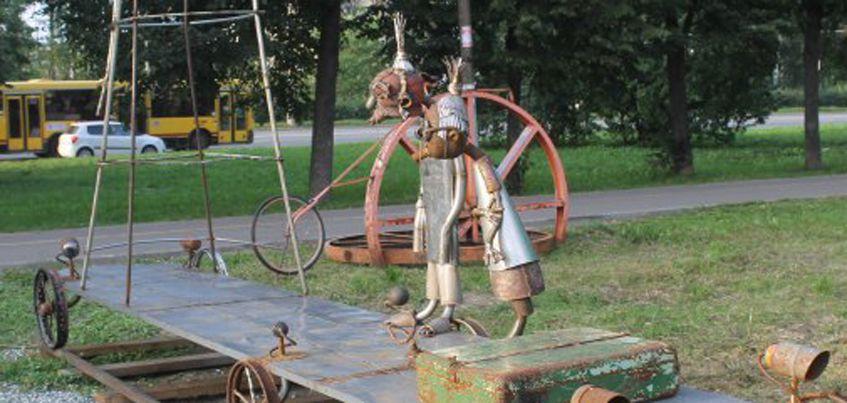 В Ижевске в парке Космонавтов появилась скульптура инопланетных старичка и старушки