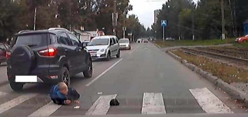 Ford сбил школьника на пешеходном переходе по Буммашевской в Ижевске