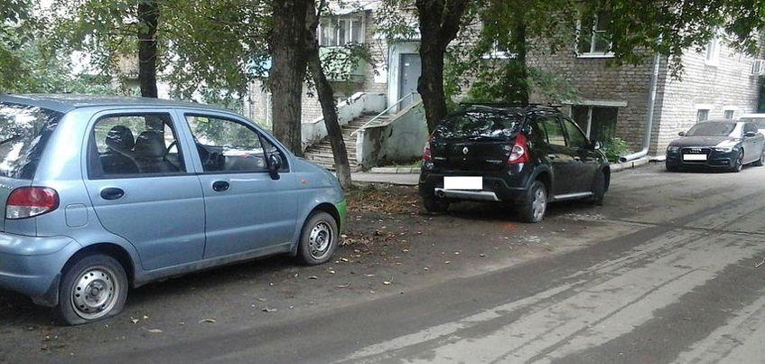 25-летний ижевчанин на улице Коммунаров ножом порезал колеса у 15 машин