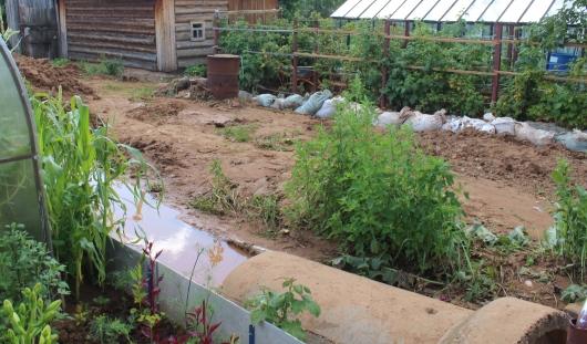Потоп в Ижевске: садовые участки на Ракетной утонули под полуметровым слоем песка