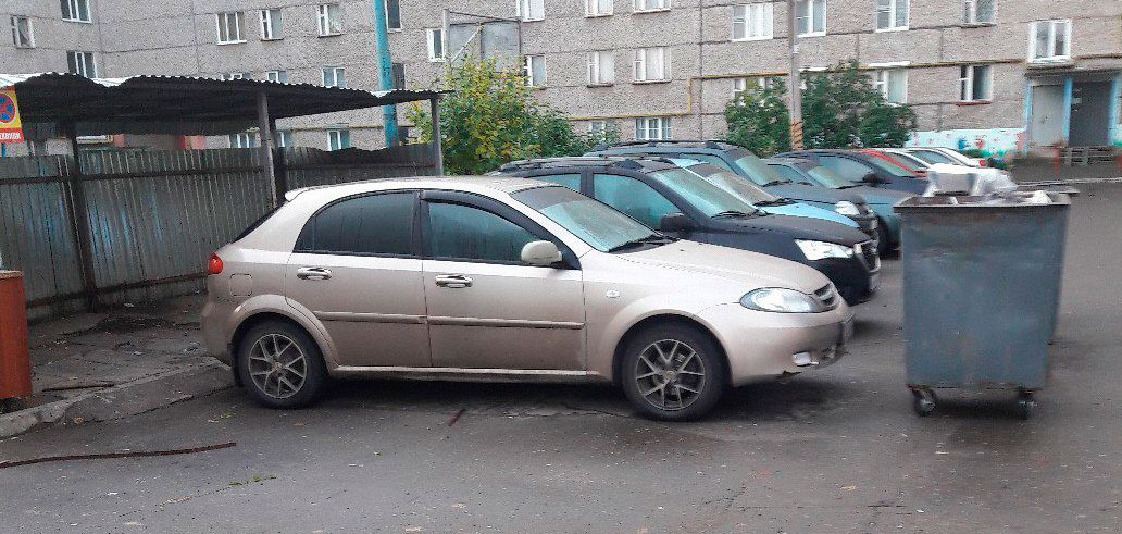 Фотофакт: в одном из дворов Ижевска неизвестный заблокировал авто мусорными бачками