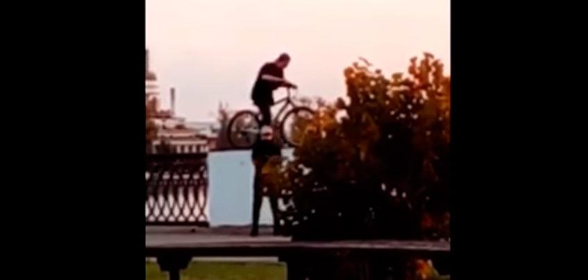В Ижевске велосипедист упал с ограждения набережной в пруд