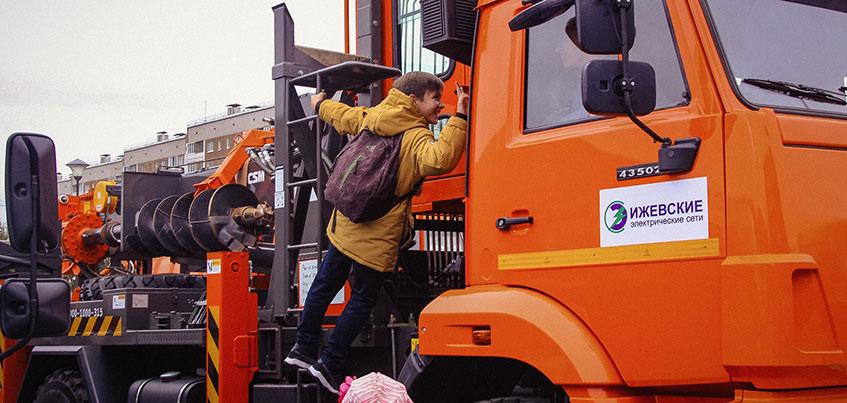 Илосос, трактор - «веткоруб» и подметальные машины: как в Ижевске прошел Всероссийский парад коммунальной техники?