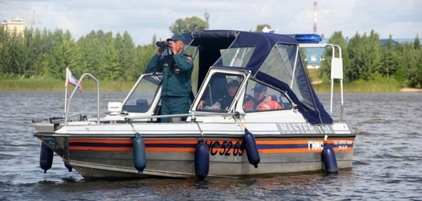 Трое жителей Ижевска застряли на лодке посреди Камы из-за непогоды