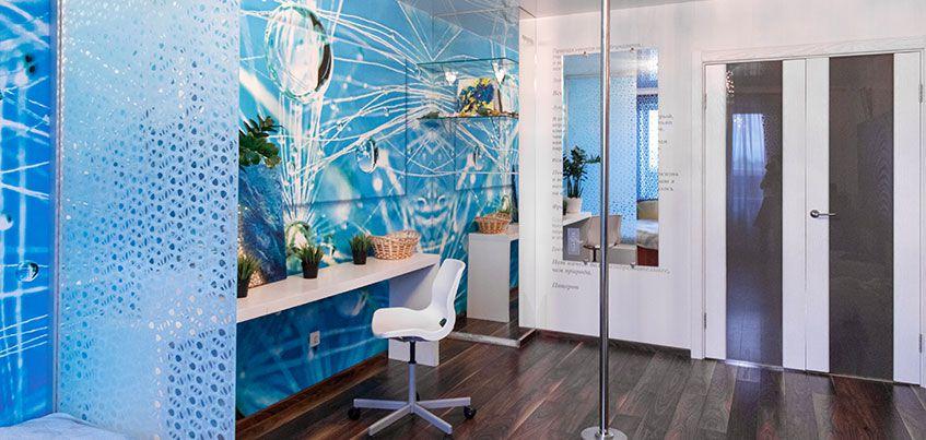 Квартира недели: светящиеся картины – вместо обоев, стеклянная перегородка – вместо стены