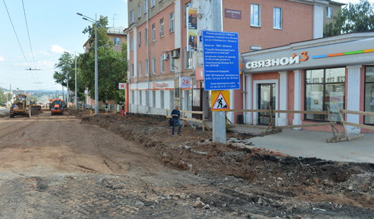 На улице Карла Маркса в Ижевске вскрыли тротуар